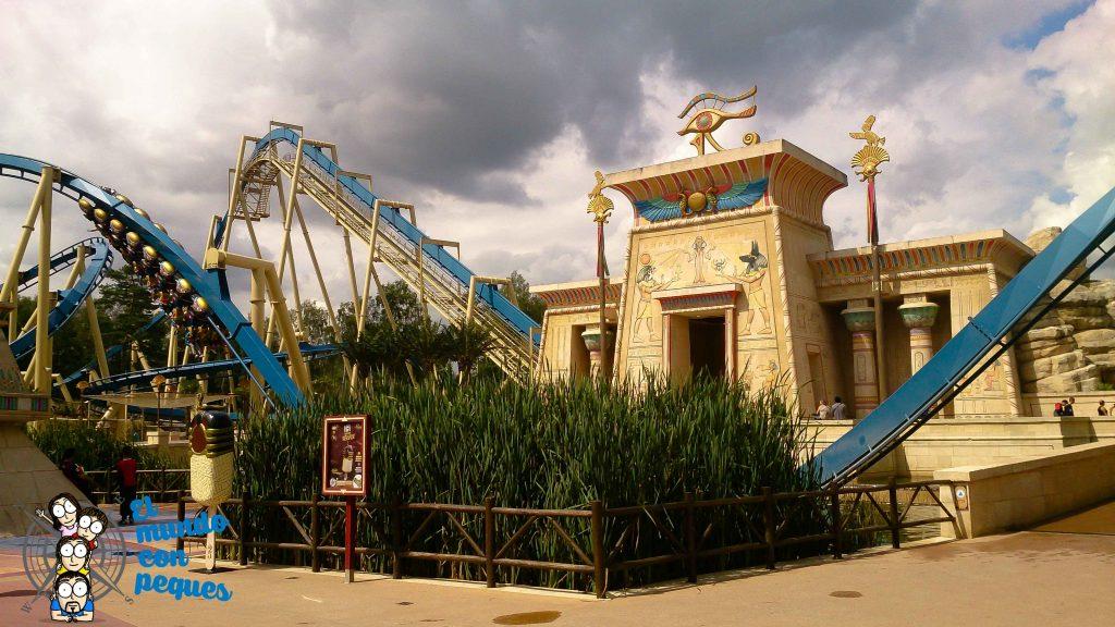Montaña rusa en el parque Asterix
