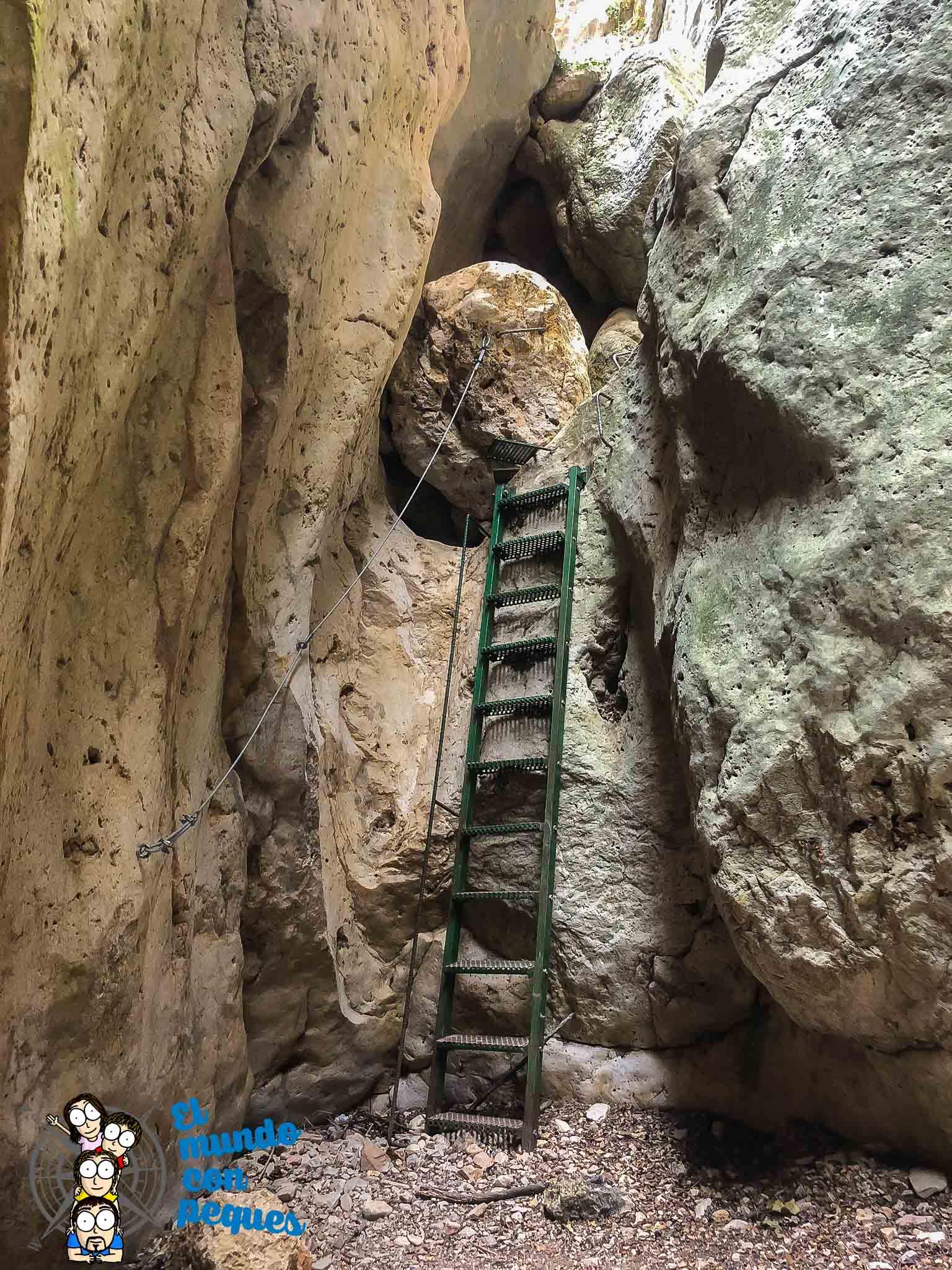 Escaleras para subir diferentes niveles por el barranco