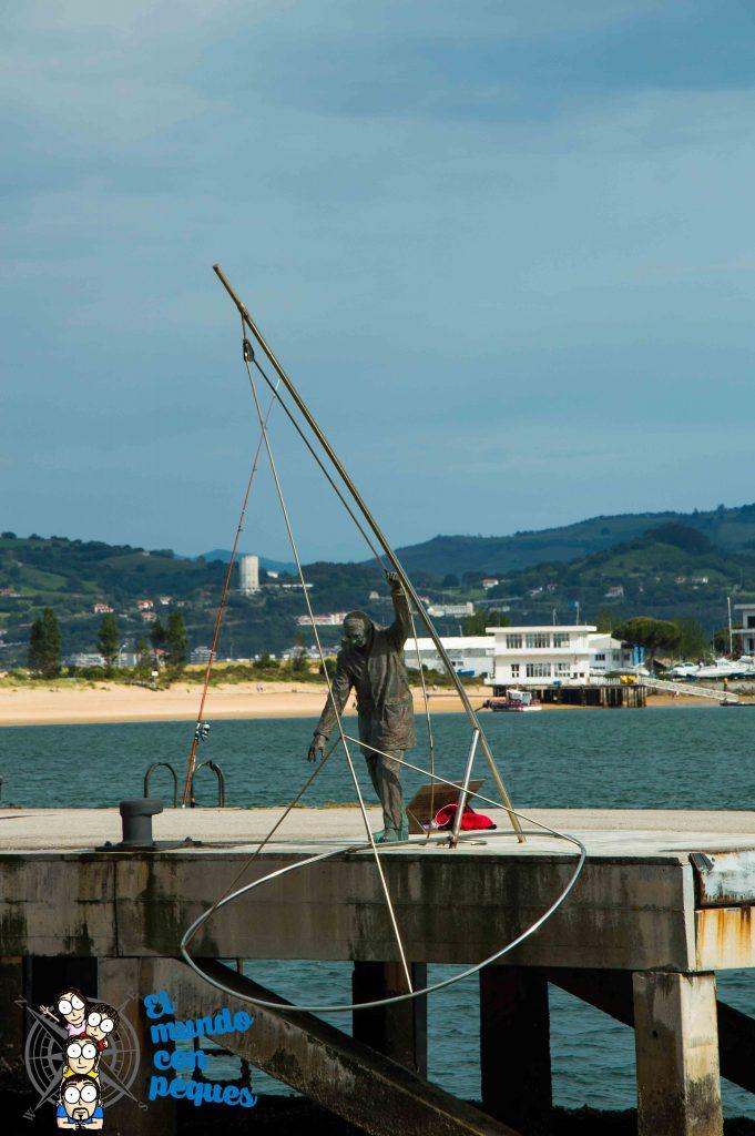 Puerto de Santoña. Monumento al pescador