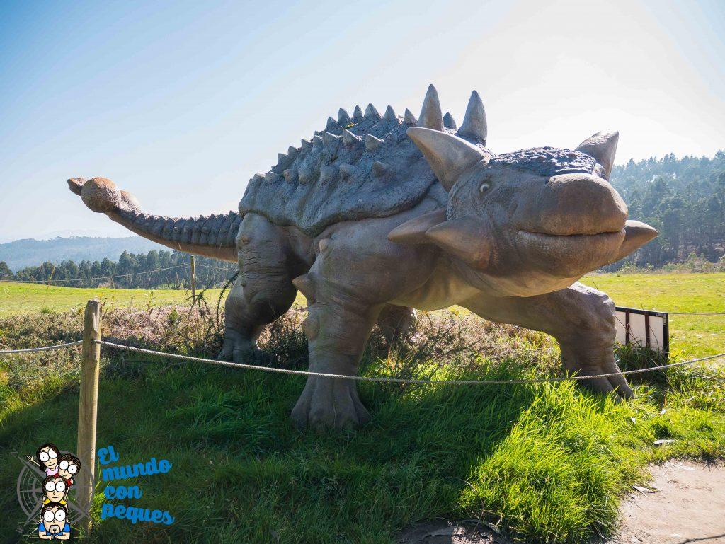 Reproducciones reales de dinosaurios en el exterior del MUJA