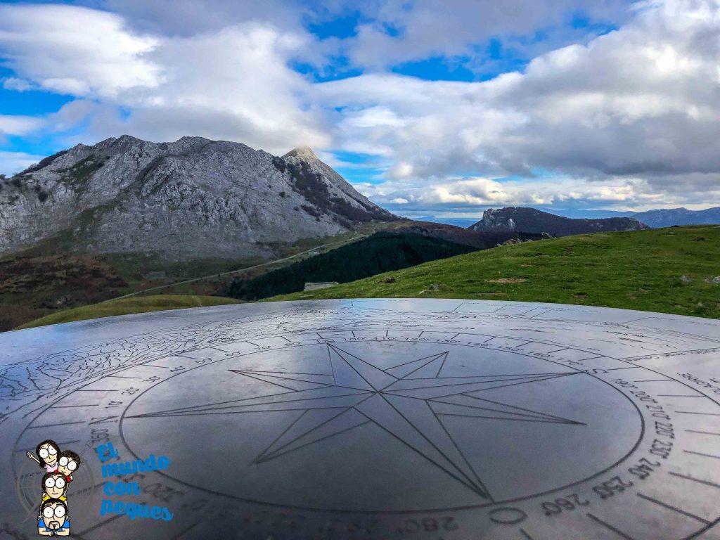 Brújula sobre la sierra de Urkiola y la cima de anboto tapado por las nubes