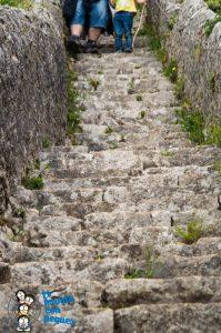 Escalones de piedra que conducen al faro del caballo.
