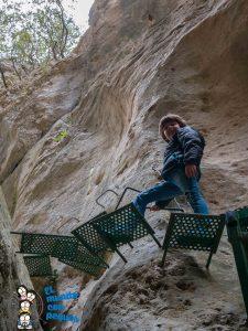 subida de los escalones para superar los desniveles del barranco
